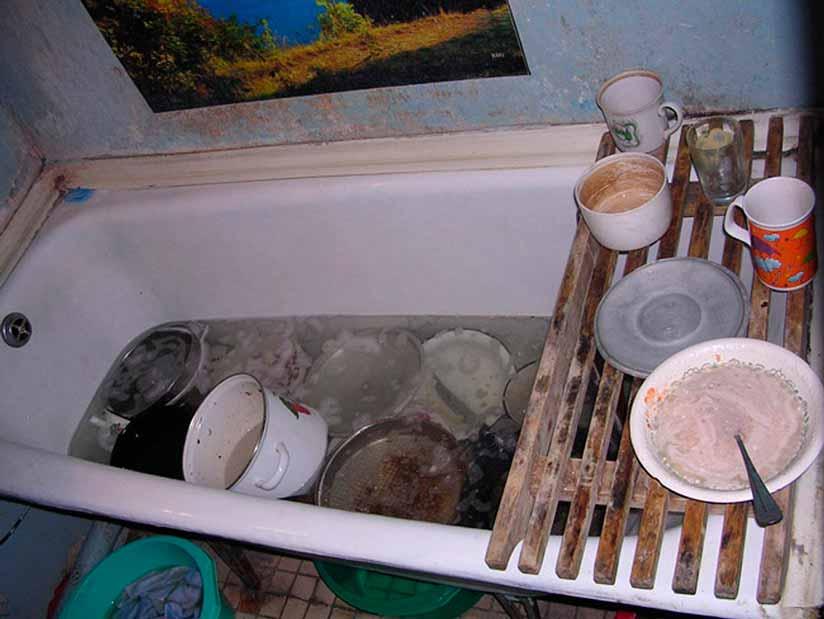 ванна с грязной посудой