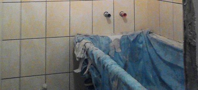 ванна, укрытая плотной тканью на время ремонта