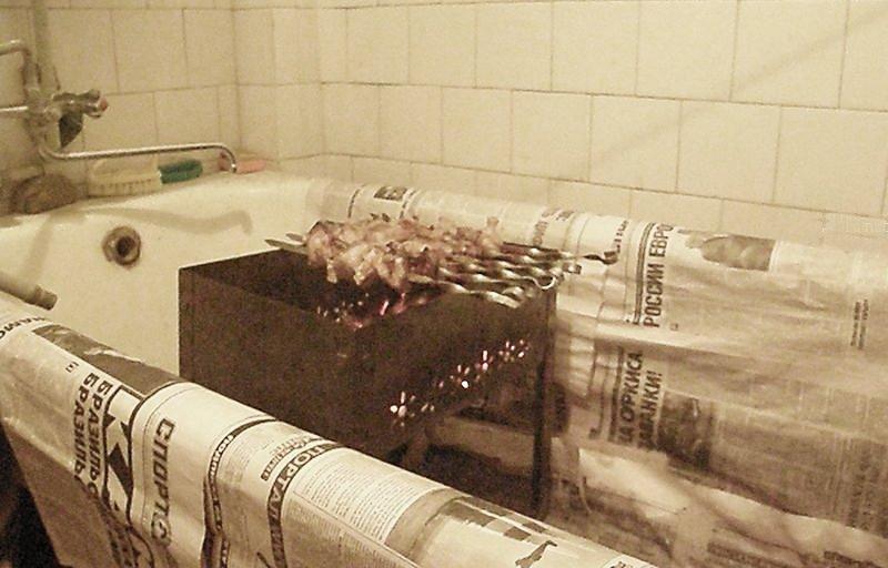 шашлыки на мангале жарятся в ванне