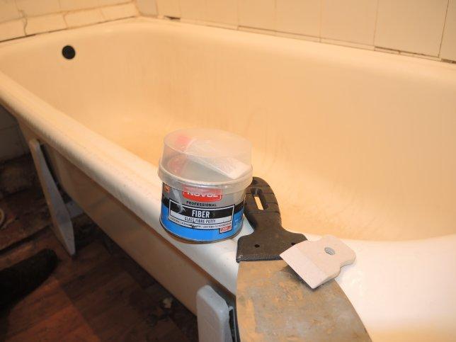 Автомобильная шпатлевка и шпатель на бортике ванны