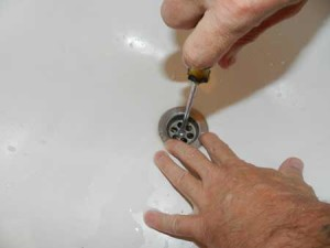 Откручивание металлической бляшки слива ваны